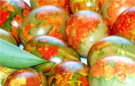 боядисване на яйца с лучени люспи