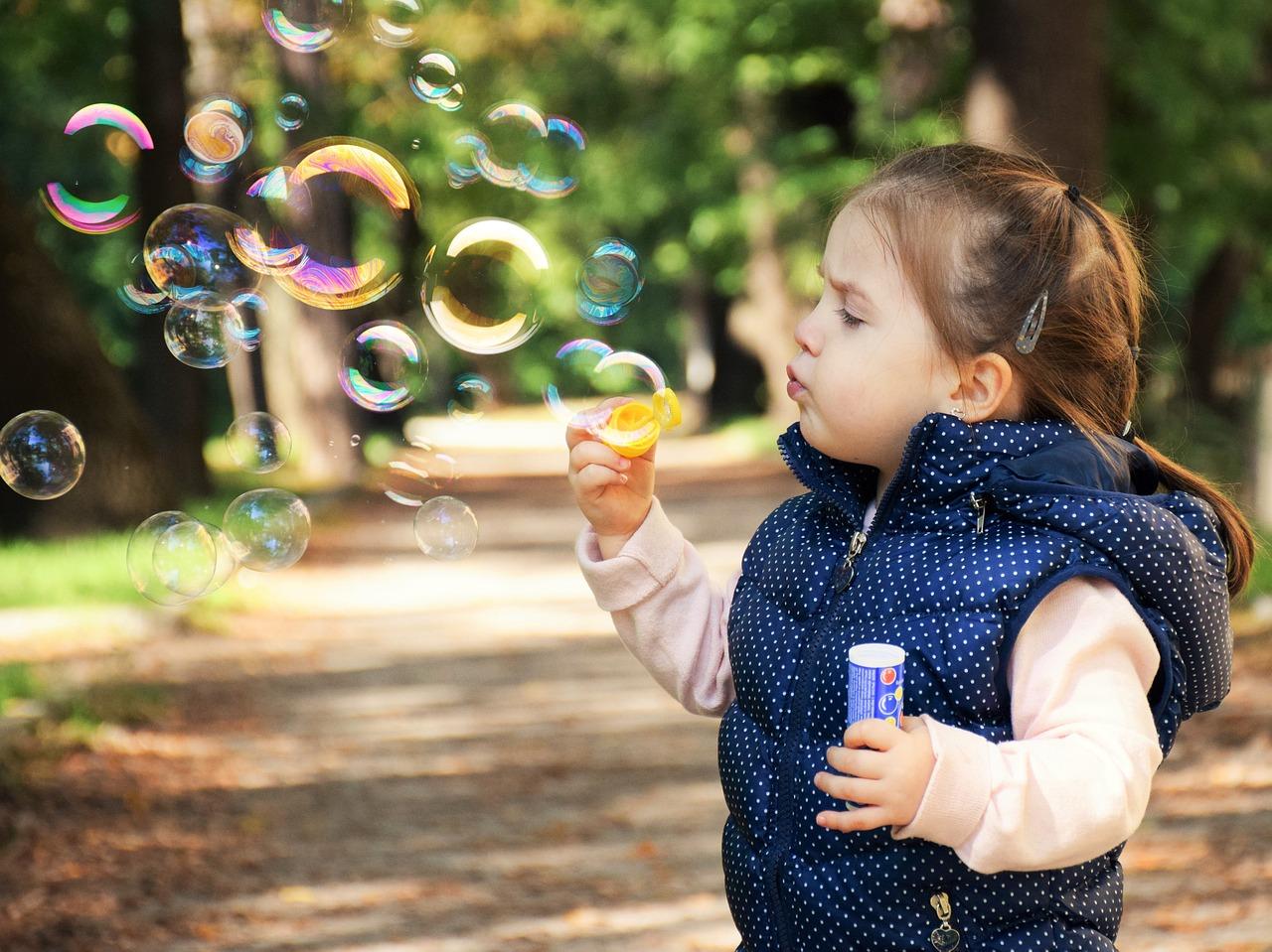 момиченце сапунени балони