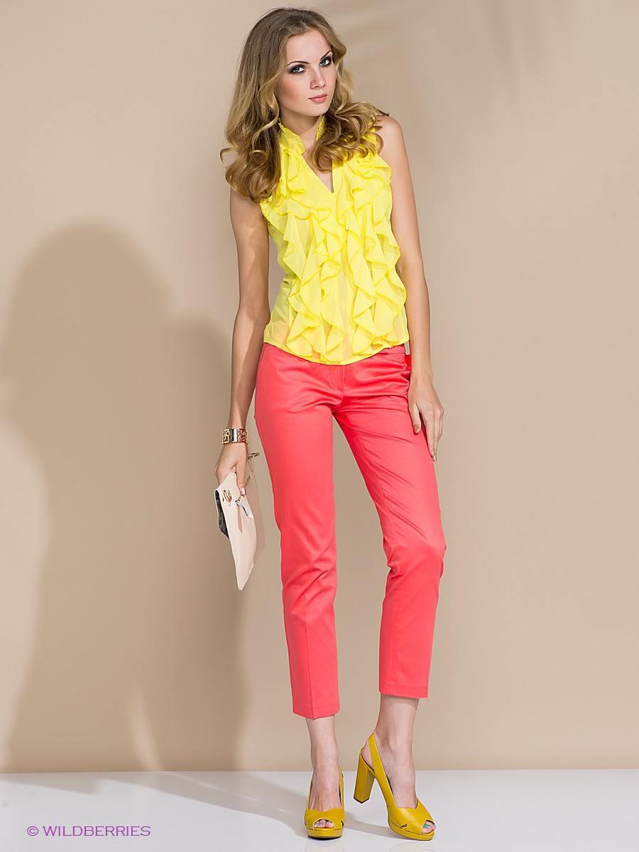 червен панталон с жълта блуза