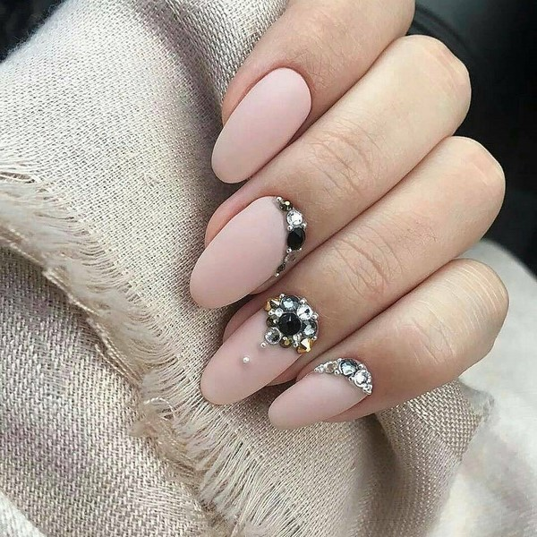 пастелно розов маникюр с кристали