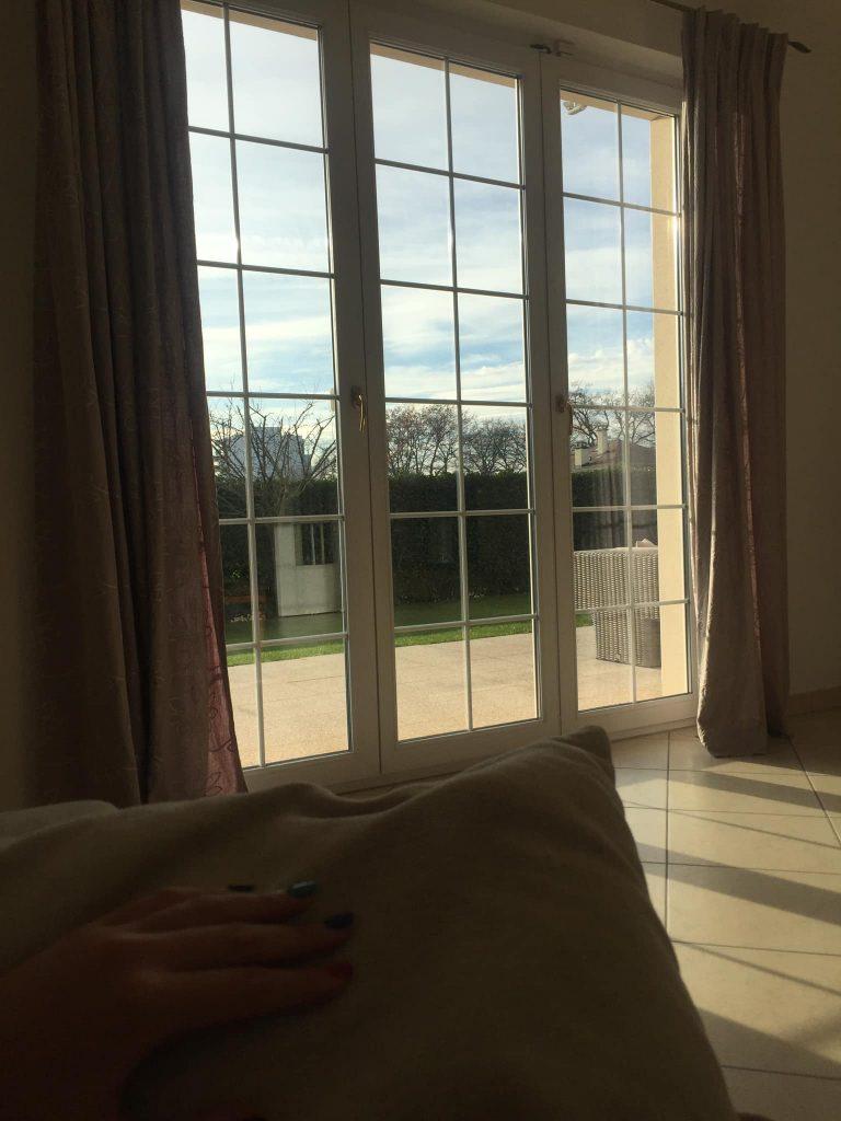 спалня с френски прозорци