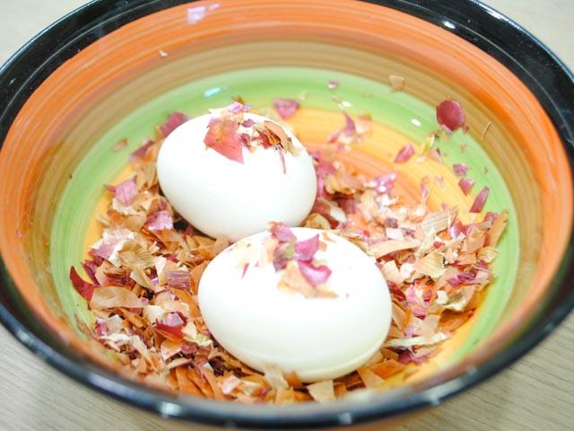 мрамориране на яйца с лук