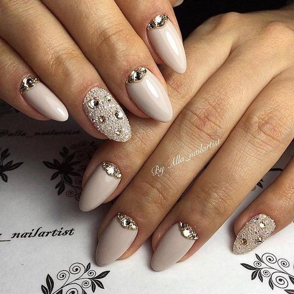 маникюр с кристали и камъчета