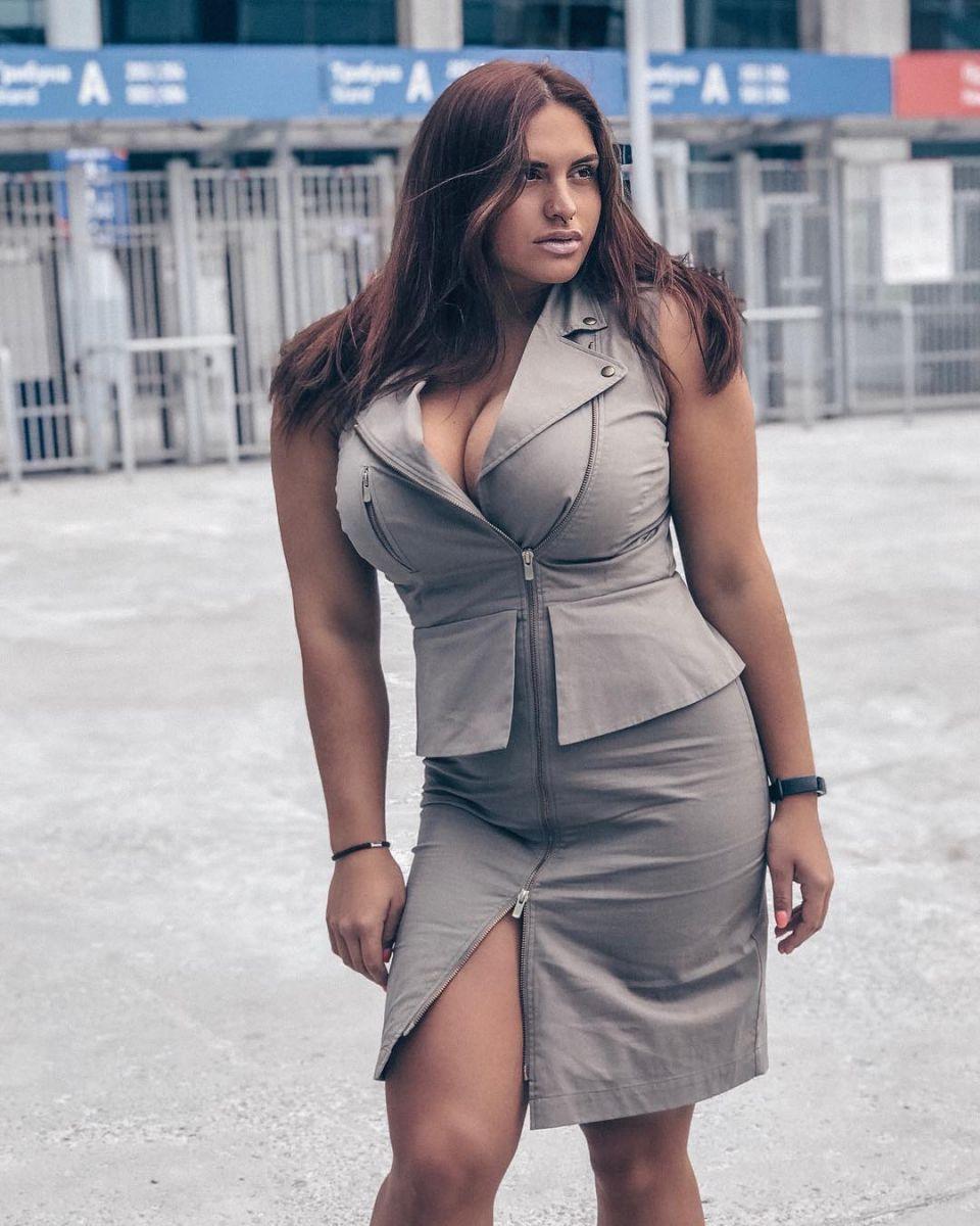 едро момиче в рокля
