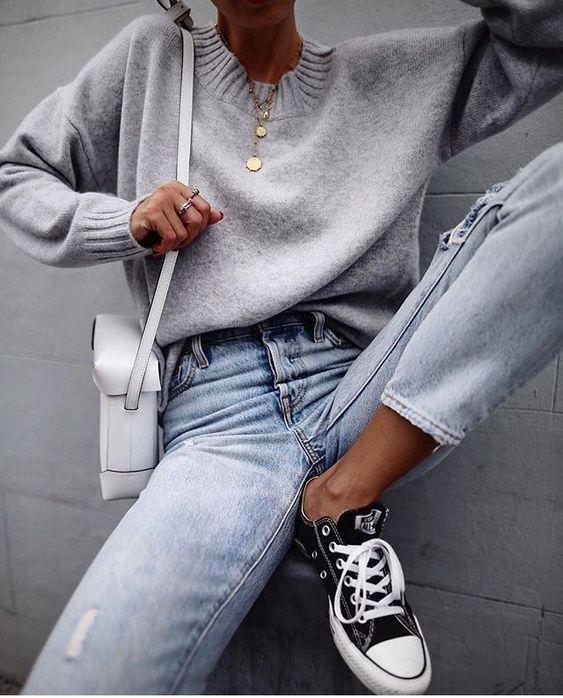дънки с кецове и пуловер