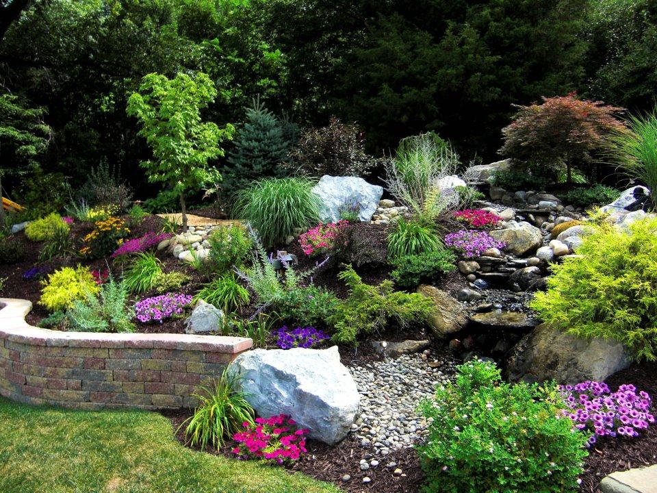 съчетание на камък и цветя