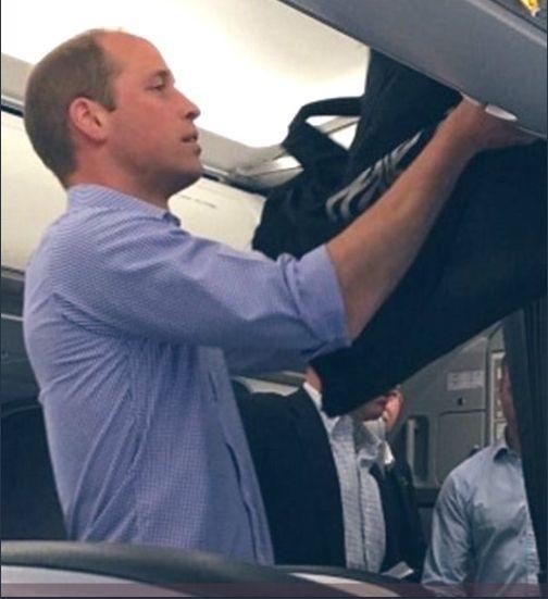 принц Уилям в обикновен самолет