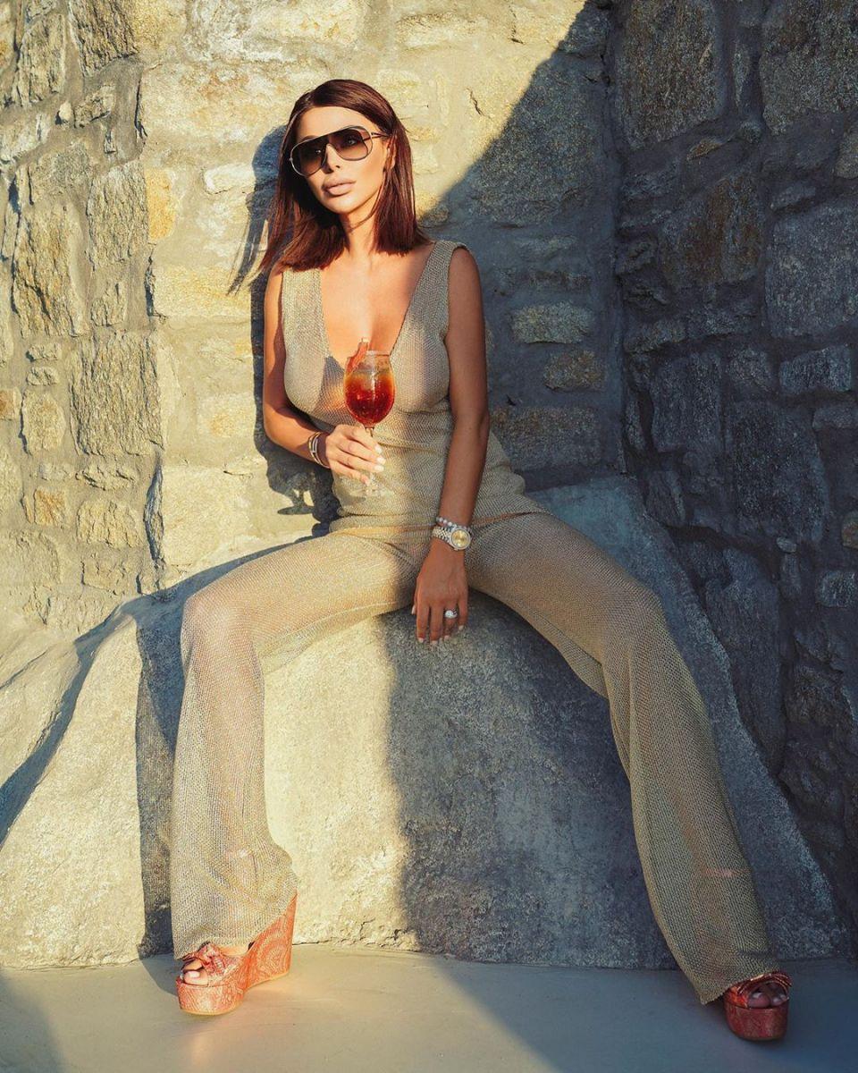 Светлана Гущерова позира