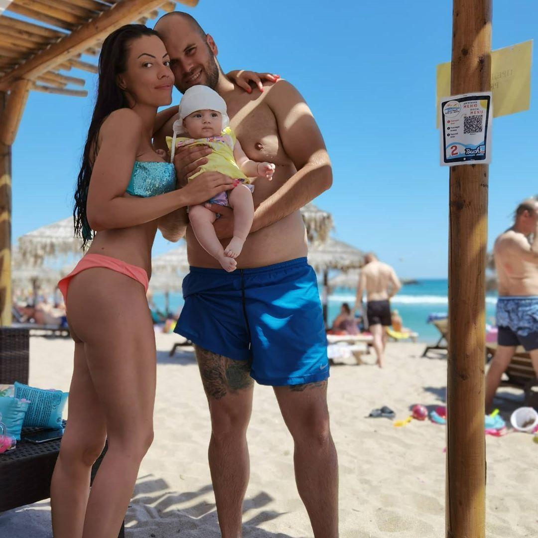 Славея Сиракова на море с бебето