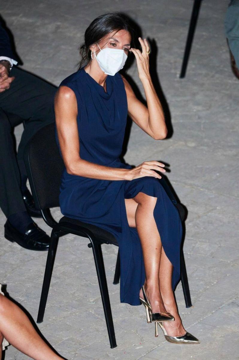 кралица Летисия синя рокля