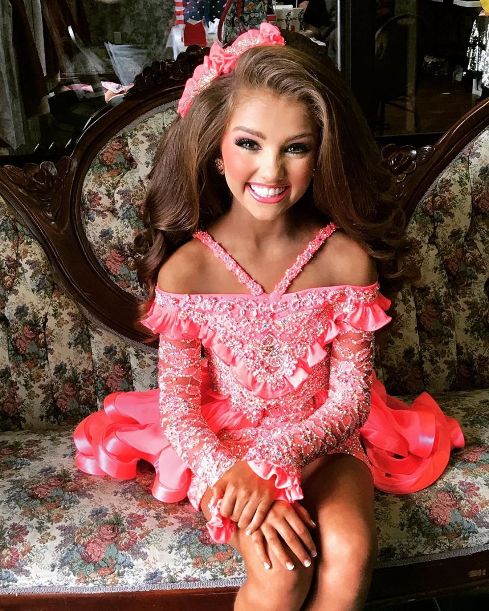 момиченце облечено като кукла