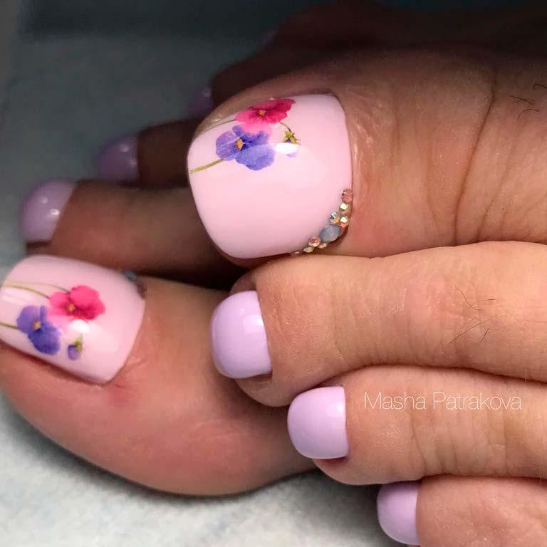розов педикюр с цветя