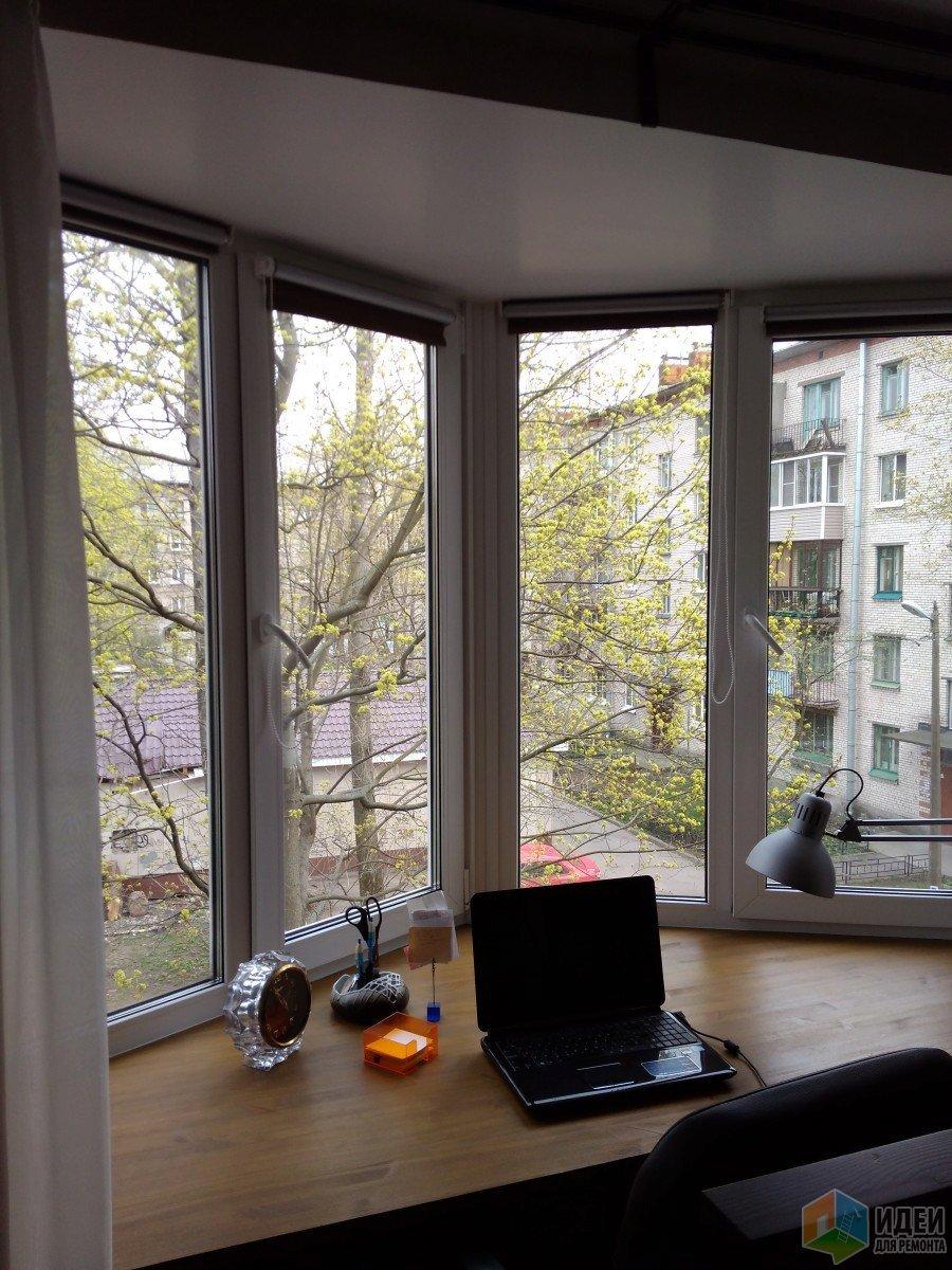 бюро под прозореца