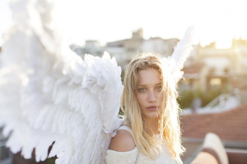 момиче ангелски криле