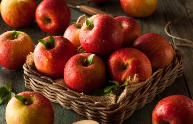 ябълки в кошница