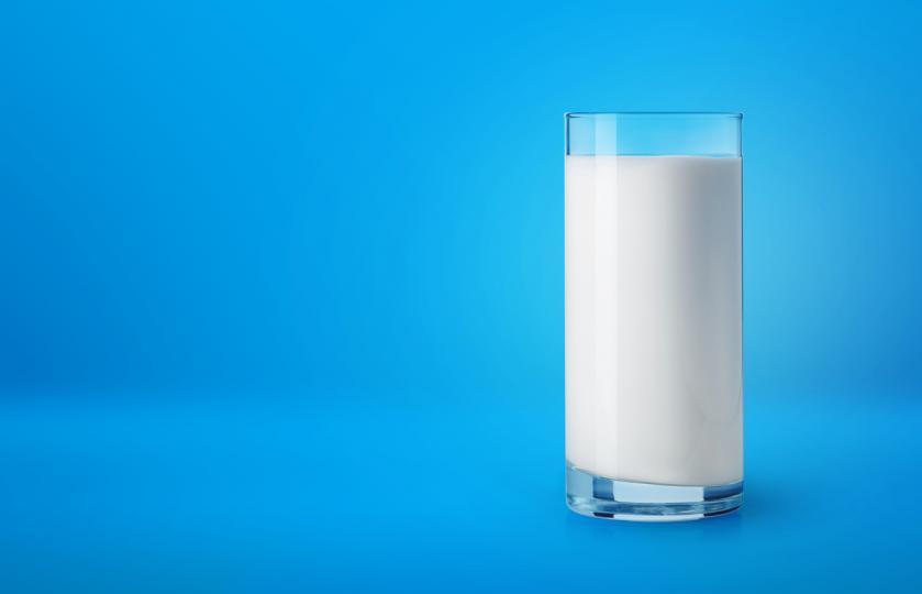 прясно мляко в чаша