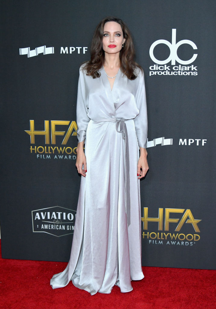 Анджелина Джоли със сребриста рокля