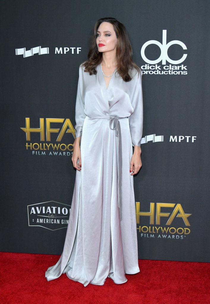 Анджелина Джоли направи фурор с рокля