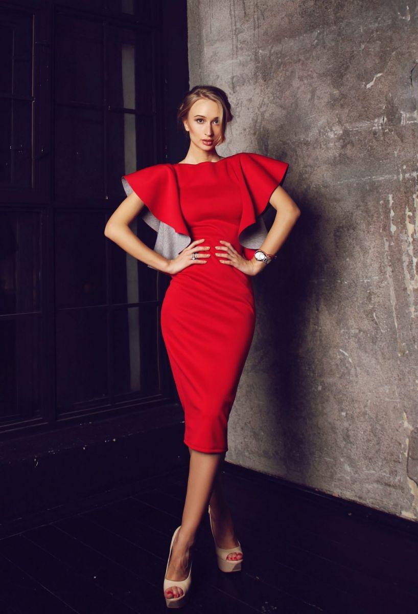 червена рокля с волани