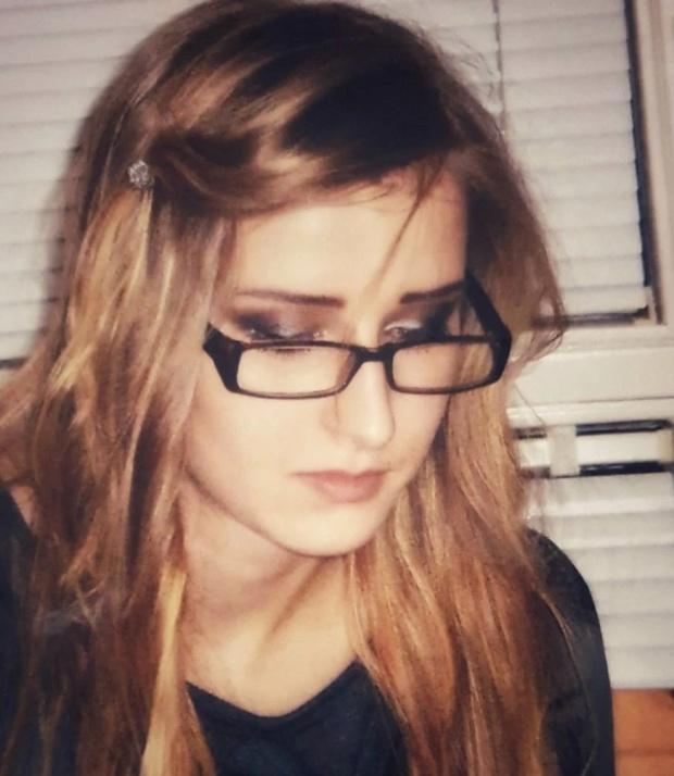 момиче с очила