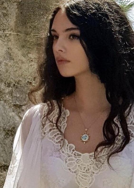 Дева Касел красива