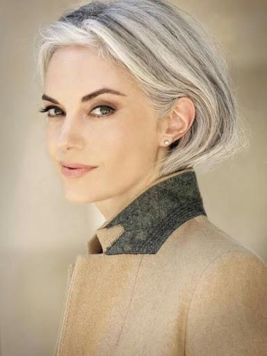 сиви коси млада жена