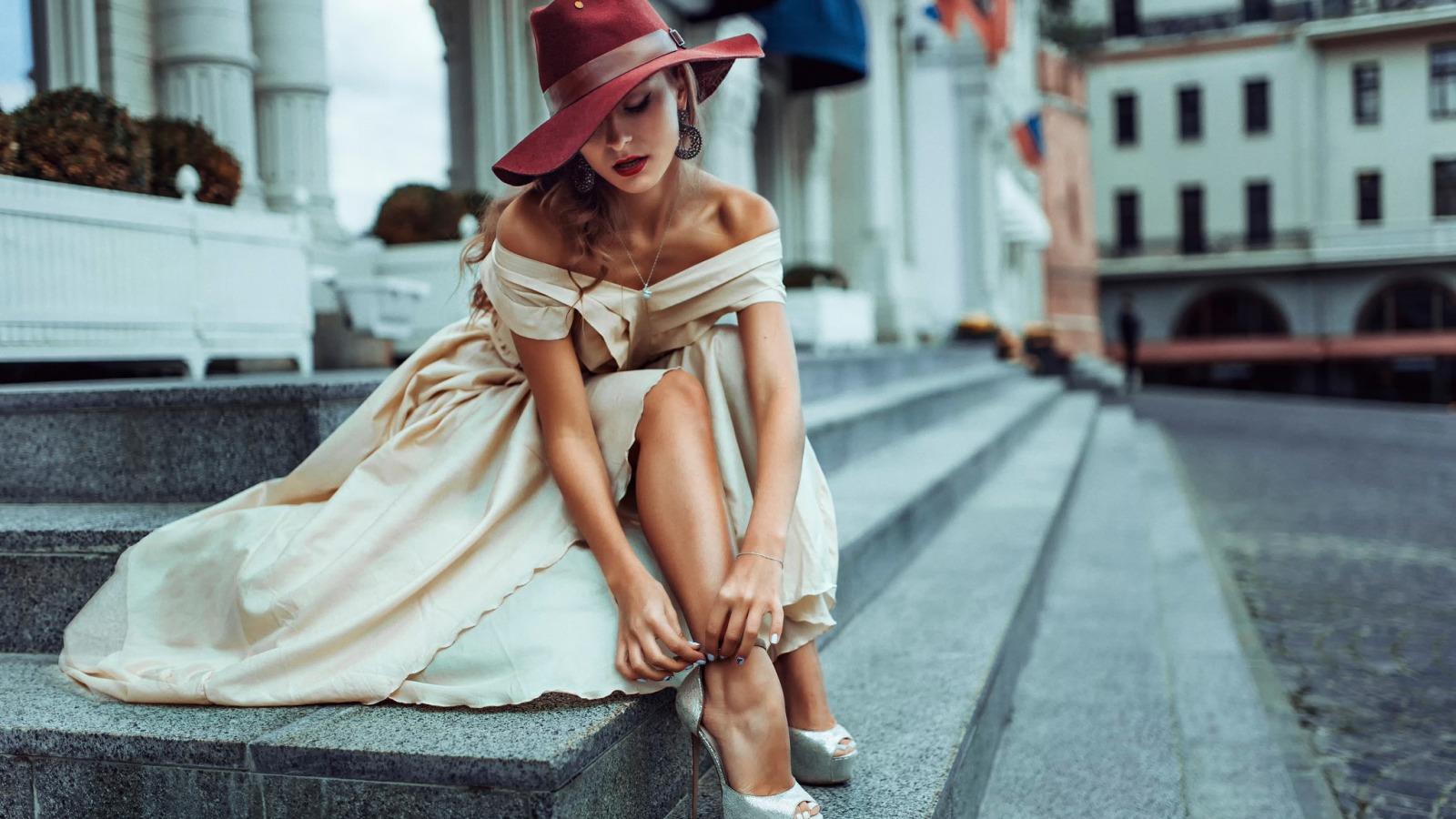 жена кремава рокля