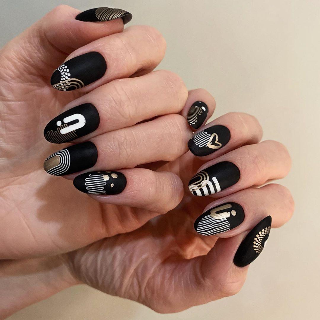 абстрактен черен маникюр