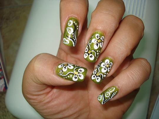 Зелен Маникюр с Бели Цветя