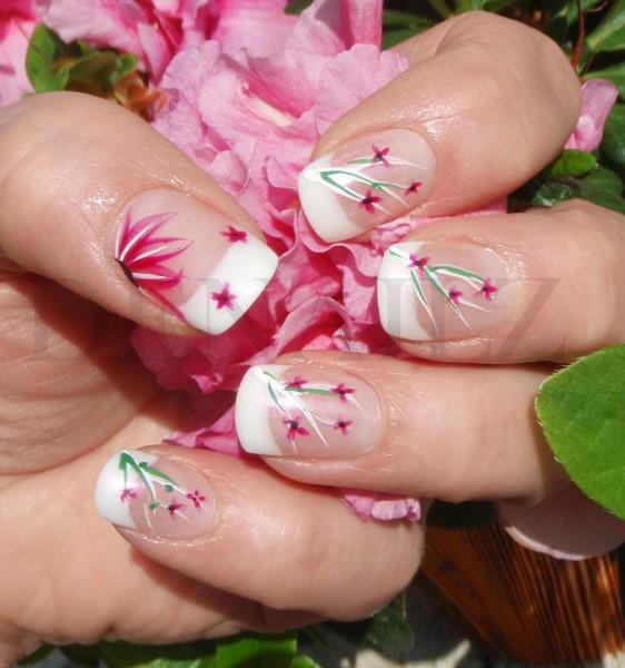 Маникюр с цветчета в розово