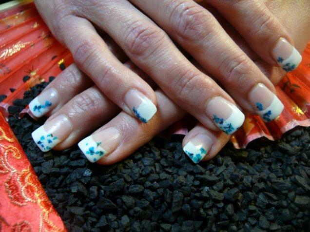 красиви нокти с нежни малки цве