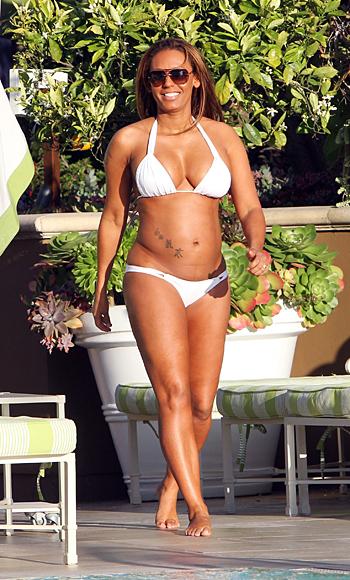 Бременна Мелани Браун на басейн в Холивуд