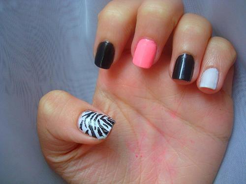 Лак за нокти с декорация зебра на палеца