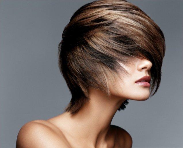 обърната напред прическа къса коса