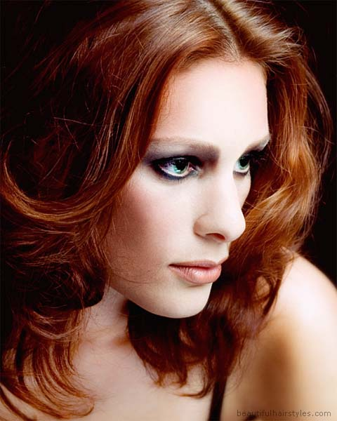 червена коса - небрежно пусната встрани около лицето