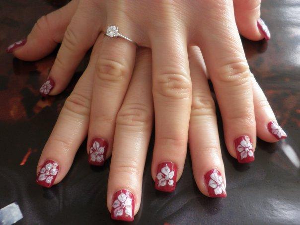 Червен маникюр с бели цветя на къси нокти