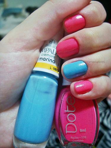 маникюр в два цвята - розово и синьо