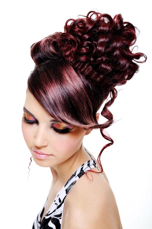червена къдрава и вързана коса