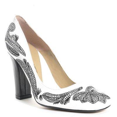Бели обувки с черни бродерии