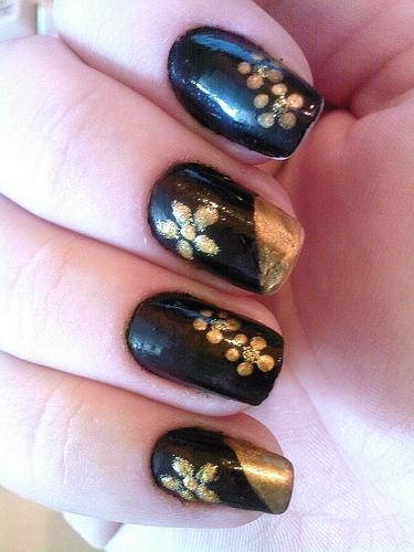 красиви декорации на нокти със златисто