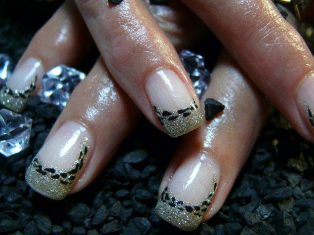 красиви нокти със златист брокат