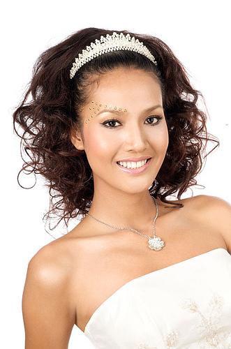 сватбена прическа за средно дълга коса с къдрици