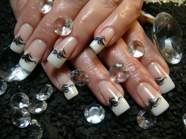 Красиви нокти с черни октоподчета
