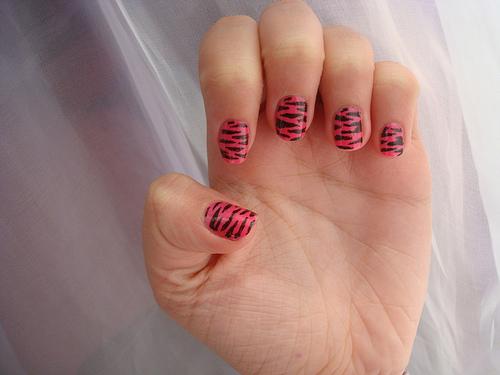 Лак за нокти с декорация в тигрово