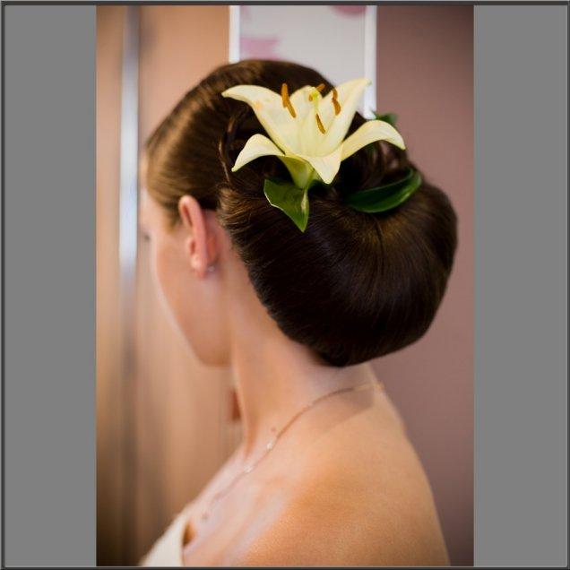 вързана коса по странен начин с цветя