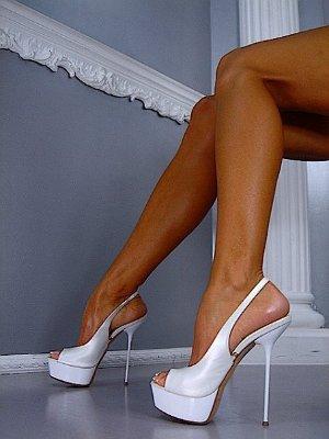 Бели обувки на висок ток с платформа