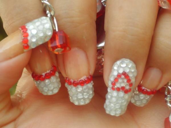 Маникюр със сиви и червени кристали