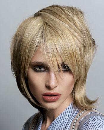 къса руса коса с дълги кичури отстрани на лицето