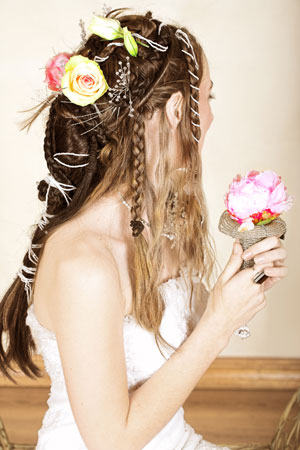 Сватбена прическа с плитки и цветя