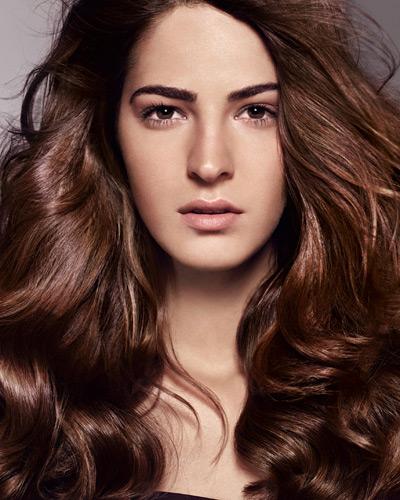 красива прическа - дълга кестенява и чуплива коса